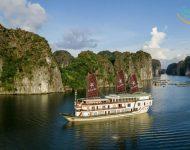 Heritage Line的Ylang是一艘尖端的船,航行在宏伟的Lan Ha湾遥远的角落.