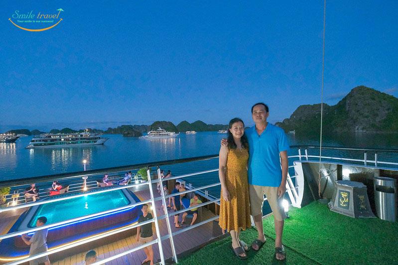 Halong La Casta Cruises és una línia de creuers de 5 estrelles d'alta qualitat que opera a la badia de Halong- Lan Ha Bay.